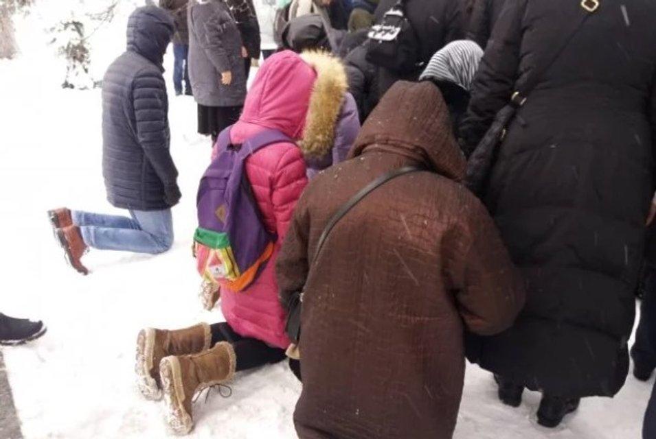 На месте сбора титушек: сектанты УПЦ МП решили не вставать с колен под Верховной Радой - фото 164609