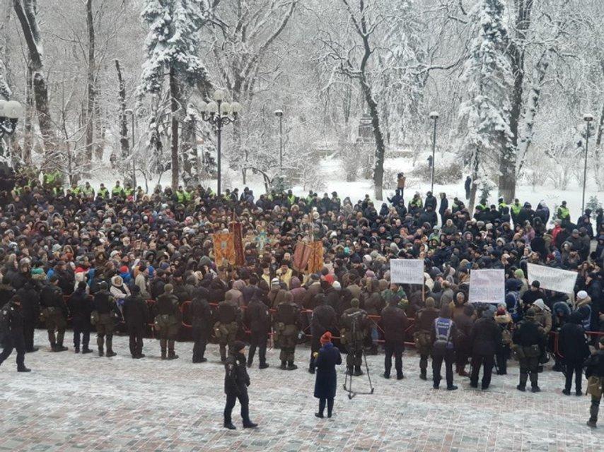 Набралось более тысячи людей - фото 165490