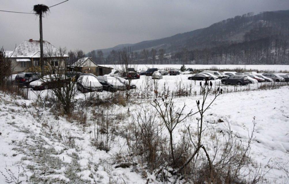 Только за первые две недели декабря украинцы оставили в Убле более сотни автомобилей - фото 166000