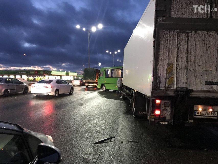 Под Киевом грузовик протаранил маршрутку с пассажирами, одну из женщин зажало - фото 166110