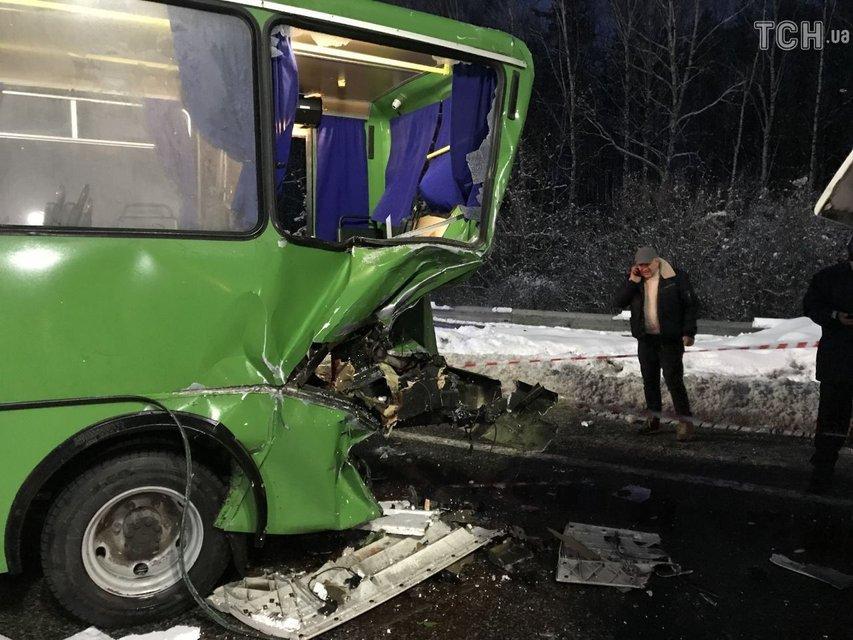 Под Киевом грузовик протаранил маршрутку с пассажирами, одну из женщин зажало - фото 166111