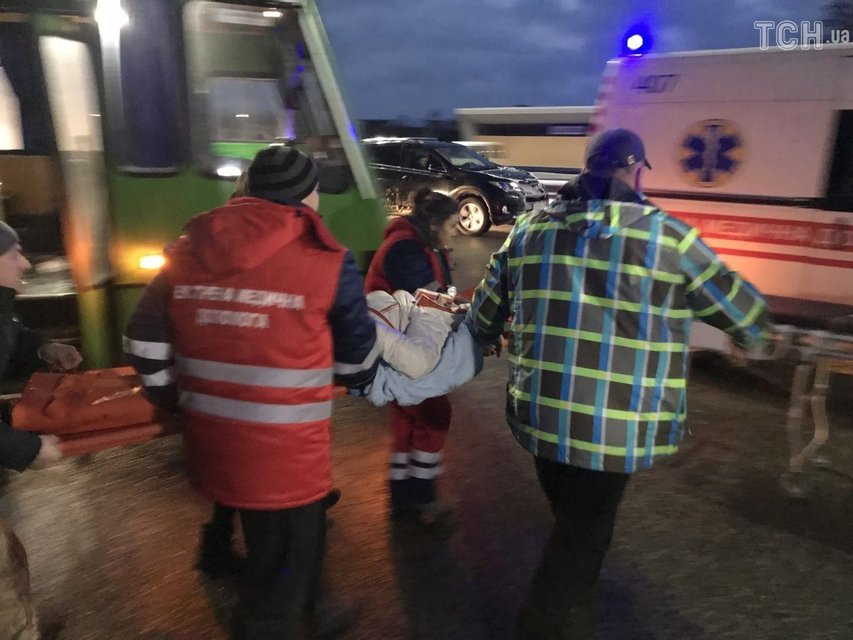 Под Киевом грузовик протаранил маршрутку с пассажирами, одну из женщин зажало - фото 166112