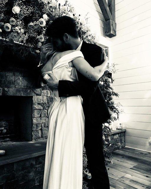 Майли Сайрус показала первые свадебные фото - фото 166332