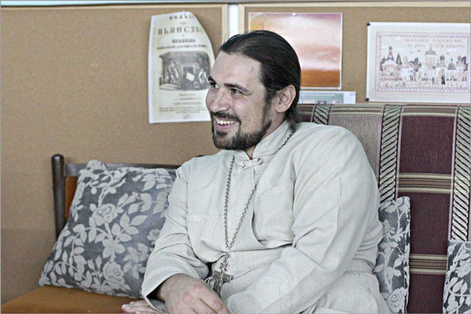 Изгнанный священник РПЦ сбросил с храма купол - фото 167357