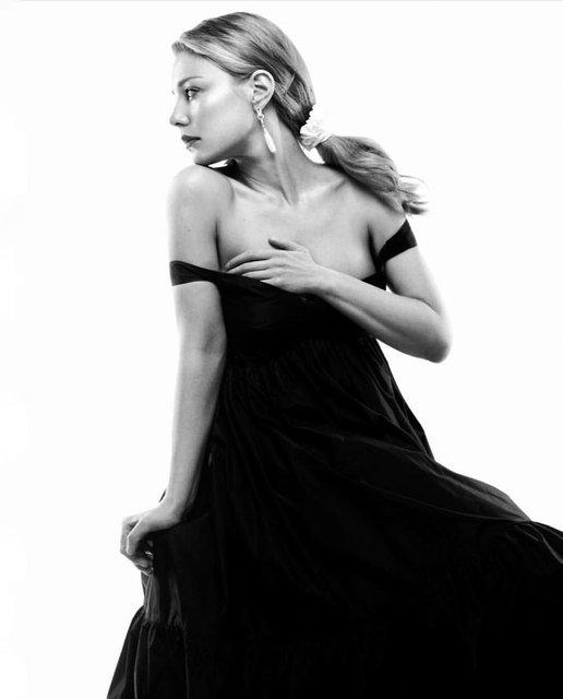 Тина Кароль едва не оголила грудь в откровенном наряде - фото 167673