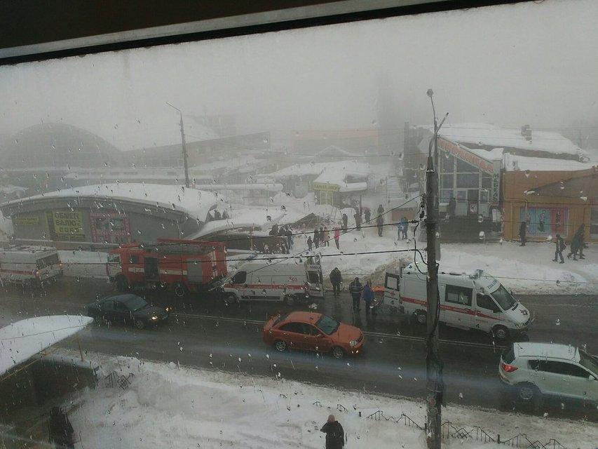 В Макеевке на головы людям упали торговые ряды рынка, много пострадавших (ФОТО+ВИДЕО) - фото 167762