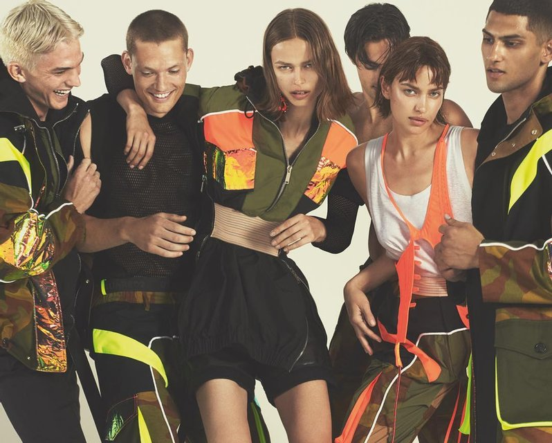 Ирина Шейк в компании полуголых парней снялась для модного бренда - фото 167834