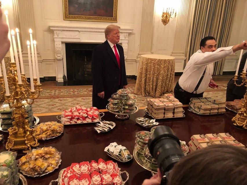300 бургеров и пицца: Трамп за свой счет накормил приглашенных в Белый дом футболистов - фото 168165
