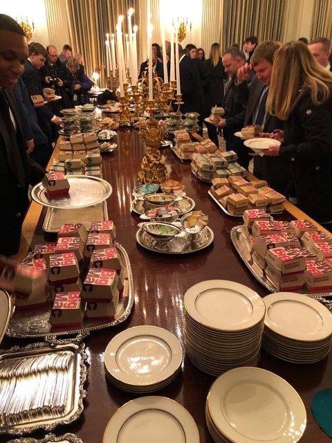 300 бургеров и пицца: Трамп за свой счет накормил приглашенных в Белый дом футболистов - фото 168166