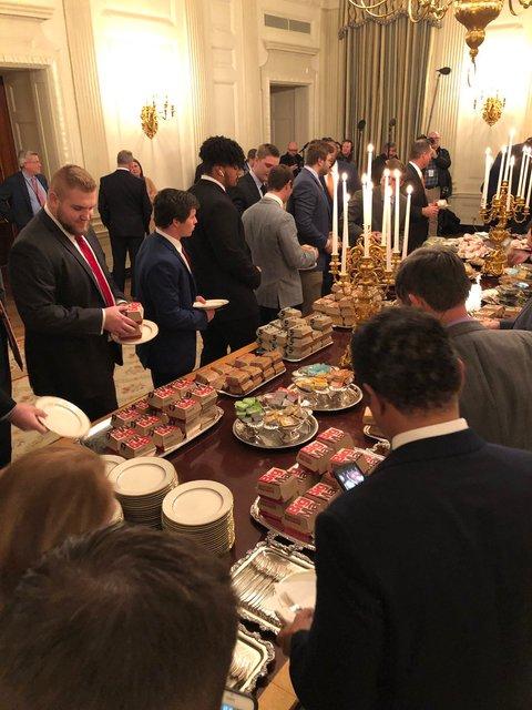 300 бургеров и пицца: Трамп за свой счет накормил приглашенных в Белый дом футболистов - фото 168167