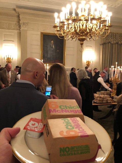 300 бургеров и пицца: Трамп за свой счет накормил приглашенных в Белый дом футболистов - фото 168168
