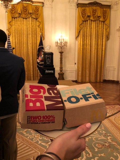 300 бургеров и пицца: Трамп за свой счет накормил приглашенных в Белый дом футболистов - фото 168169