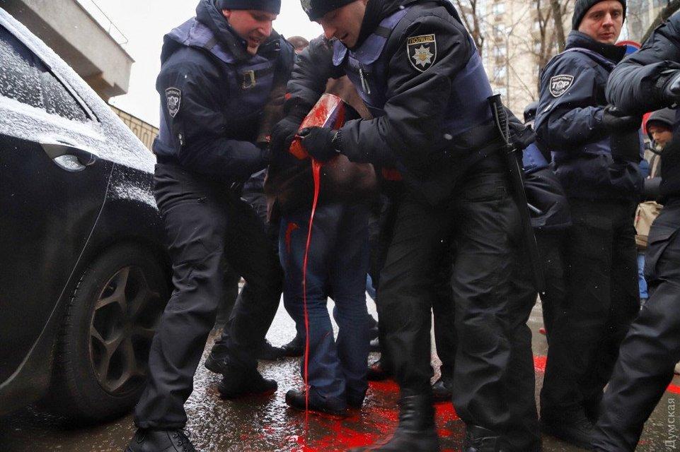 В  Одессе полицейские задержали участников акции в поддержку плененных моряков - фото 168186