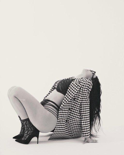 В прозрачном бикини под пиджак: Кайли Дженнер порадовала новой фотосессией - фото 169167