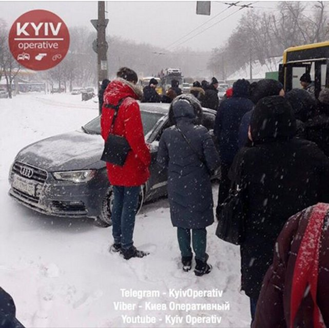 В Киеве Audi влетела в остановку, на которой стояли люди (ФОТО) - фото 169199