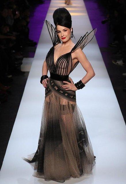 Дита Фон Тиз дефилировала на модном показе в прозрачном платье - фото 169437