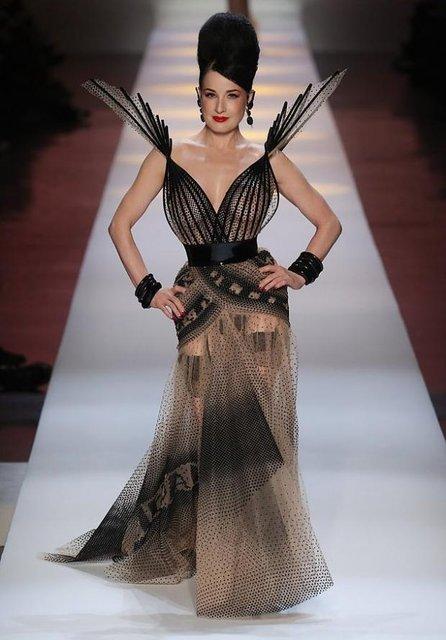 Дита Фон Тиз дефилировала на модном показе в прозрачном платье - фото 169438