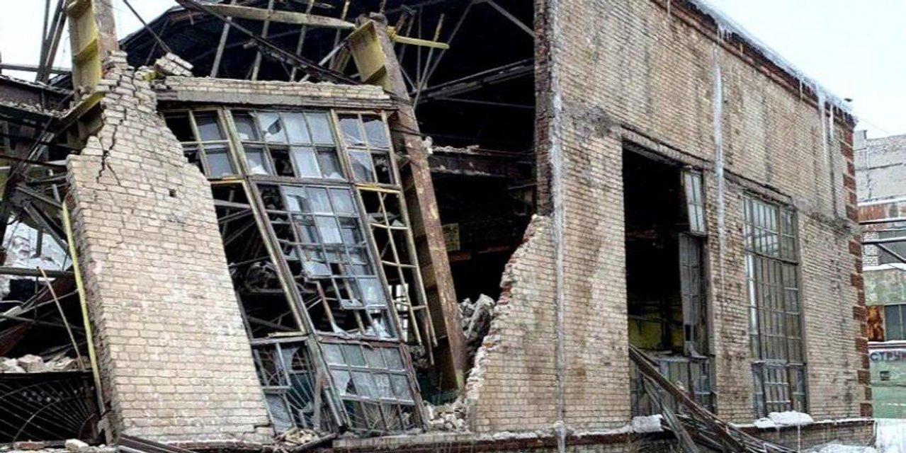 В Горловке обвалилась крыша одного из заводов, один рабочий пропал без вести - фото 169892