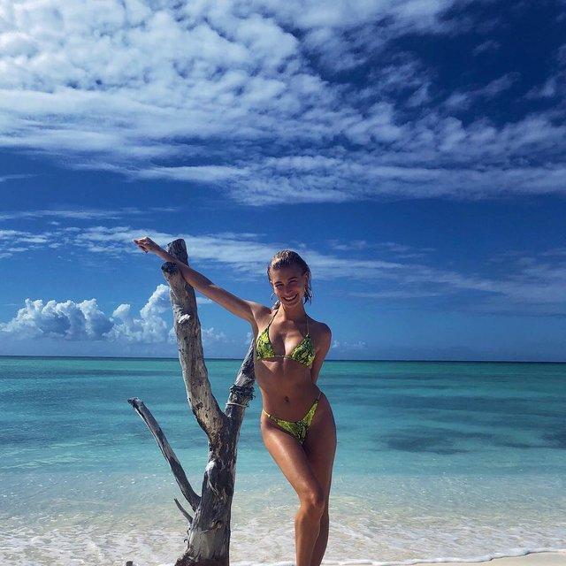 Жена Джастина Бибера похвасталась фигурой в ярком купальнике - фото 170413
