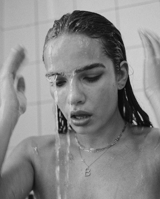 Бруклин Бекхэм устроил своей девушке откровенную фотосессию в ванной - фото 170544
