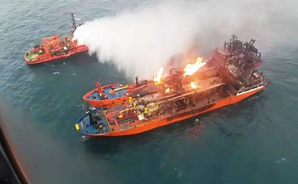 Активно горят: русские так и не потушили пожар на танкерах у Керческого пролива - фото 170552