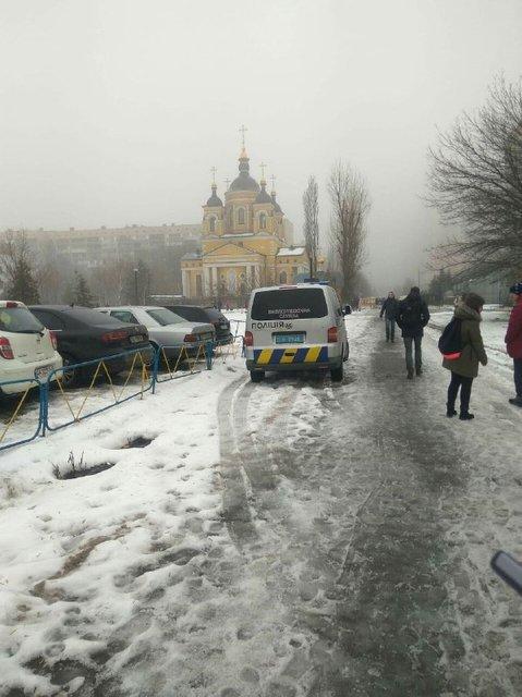 В Киеве из-за минирования больницы эвакуировали больше тысячи человек - фото 170569