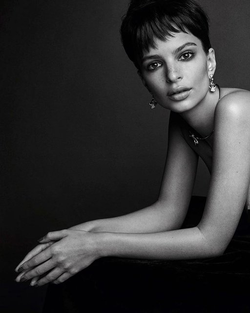 Эмили Ратажковски показала голую грудь в новой фотосессии - фото 171092