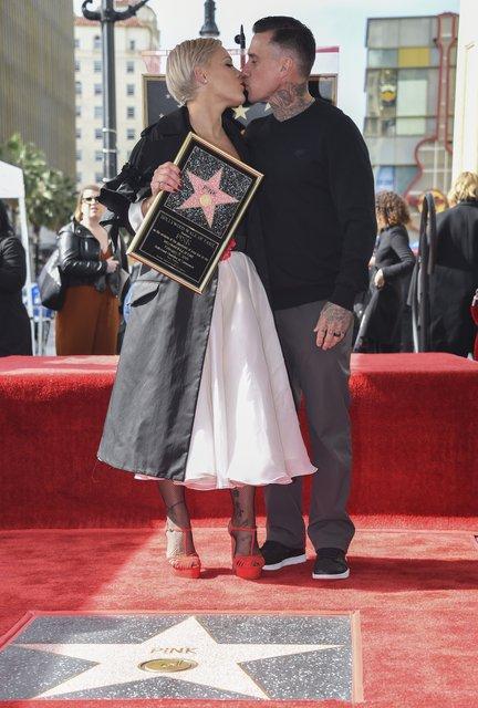 Pink получила именную звезду на Аллее славы в Голливуде - фото 171309