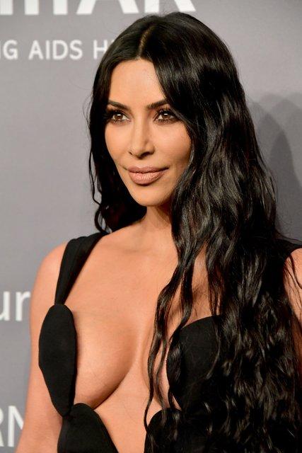Ким Кардашьян засветила силиконовую грудь - фото 171481