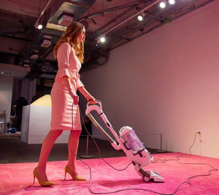 Нам нравится бросать ей крошки: Иванка Трамп убирает за посетителями в музее - фото 171565