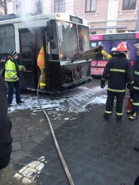 В центре Черновцов в час пик загорелся троллейбус с людьми - фото 171947