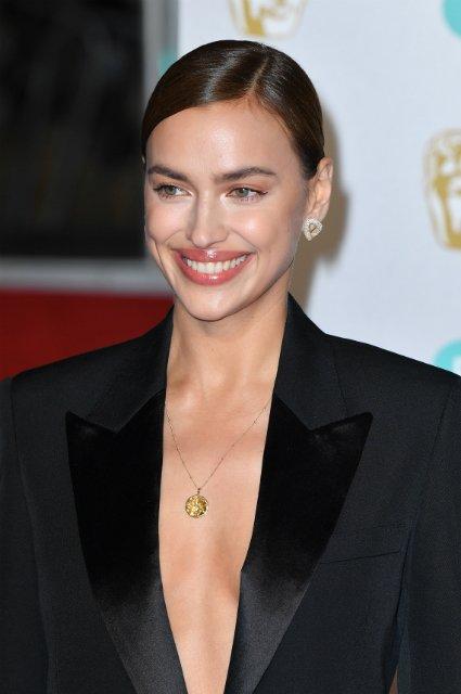 Пиджак на голое тело: Ирина Шейк в смелом наряде посетила премию 'BAFTA 2019' - фото 171990