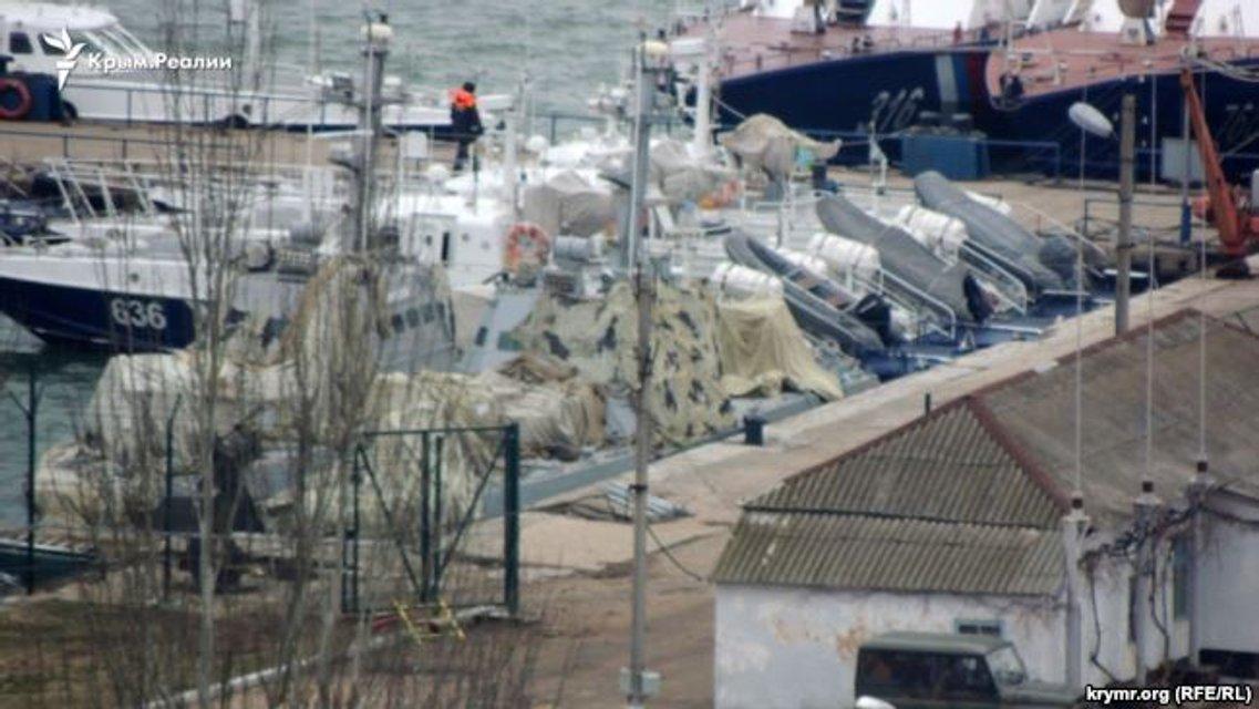 В Керчи спрятали захваченные украинские корабли (ФОТО) - фото 172031