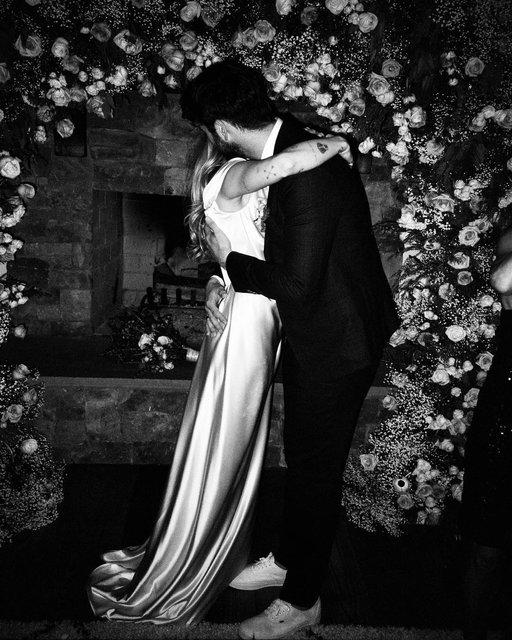 Очень глубокое декольте: Майли Сайрус показала новые фото со свадьбы - фото 172578