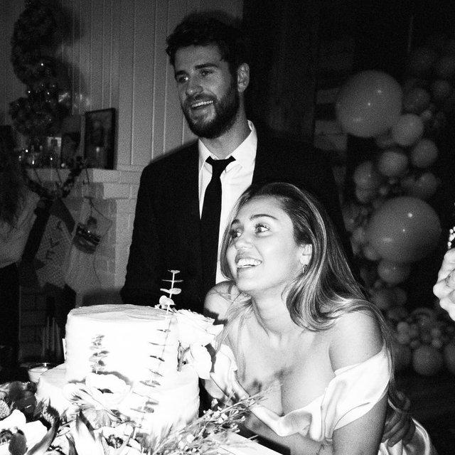 Очень глубокое декольте: Майли Сайрус показала новые фото со свадьбы - фото 172580