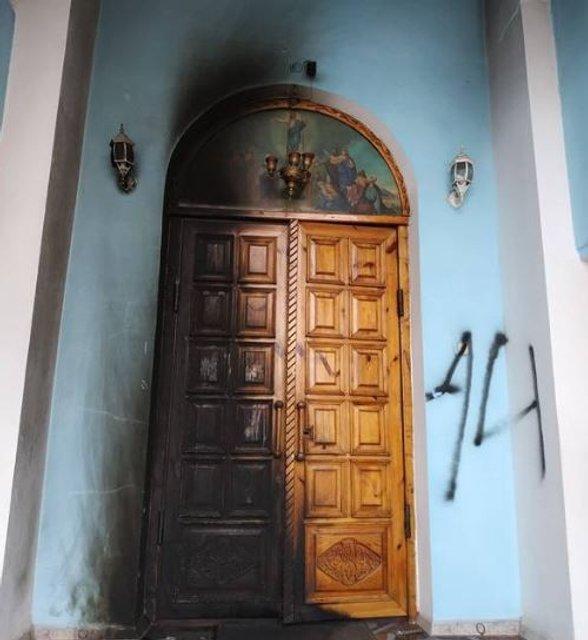 В Кривом Роге подожгли двери храма УПЦ МП - фото 172757