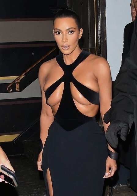 Осталось соски показать: грудь Ким Кардашьян не поместилась в платье - фото 172854