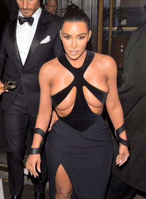Осталось соски показать: грудь Ким Кардашьян не поместилась в платье - фото 172855