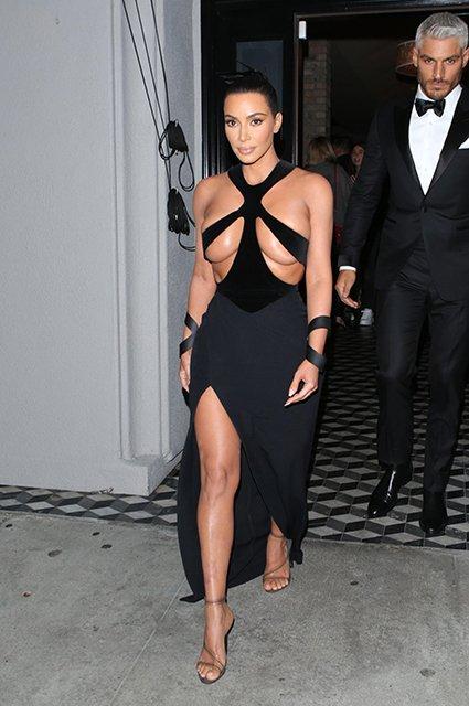 Осталось соски показать: грудь Ким Кардашьян не поместилась в платье - фото 172857