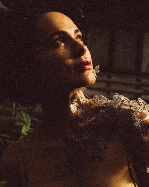 Даша Астафьева с бабочками на шее похвасталась глубоким декольте - фото 172928