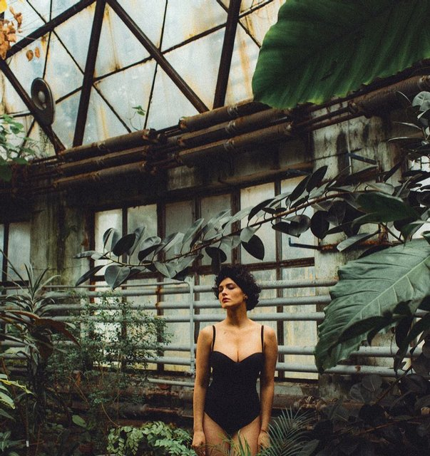 Даша Астафьева с бабочками на шее похвасталась глубоким декольте - фото 172930