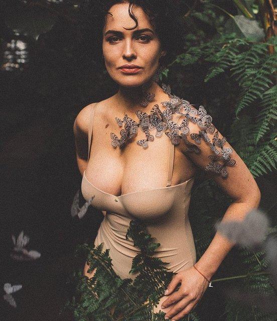 Даша Астафьева с бабочками на шее похвасталась глубоким декольте - фото 172931