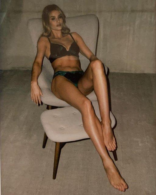 Рози Хантингтон-Уайтли в белье порадовала пикантной фотосессией - фото 173424