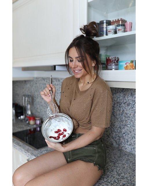Отдамся в хорошие руки: Ани Лорак устроила сексуальную фотосессию на кухне - фото 173462