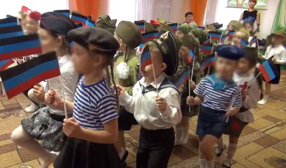 В детском саду оккупированного Донецка детей одели в военную форму и заставили маршеровать - фото 173709