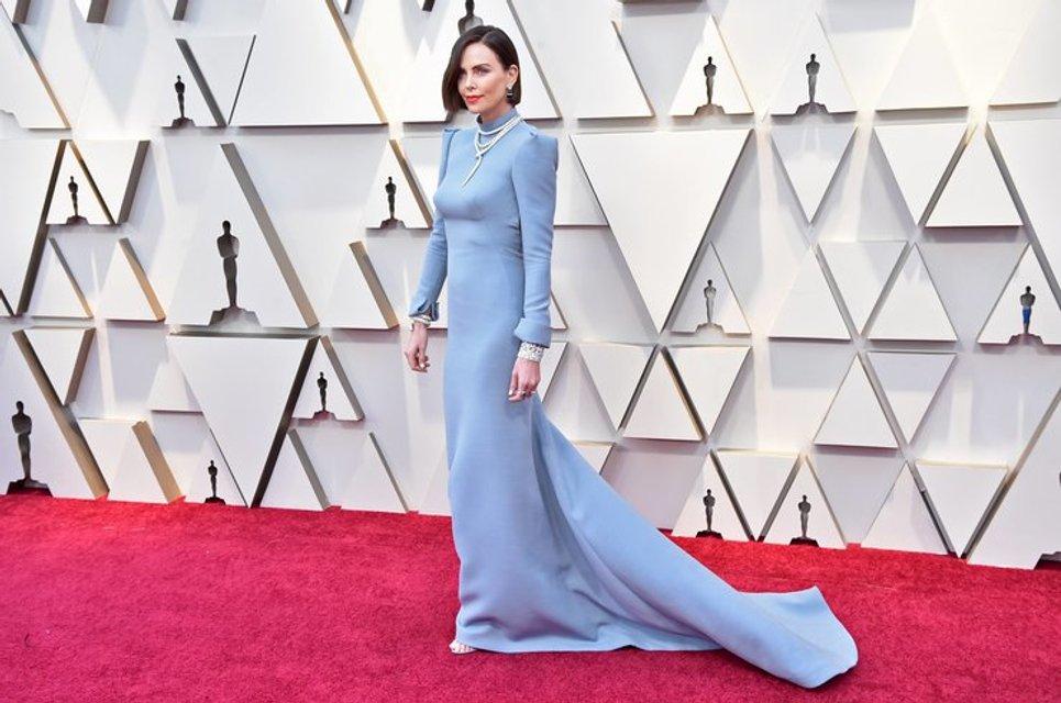 Оскар 2019: Шарлиз Терон на красной дорожке удивила кардинальной сменой имиджа - фото 173810
