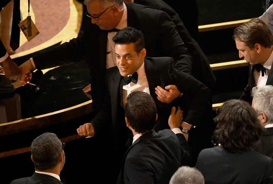 Лауреат 'Оскара 2019' Рами Малек упал со сцены вместе с наградой - фото 173830