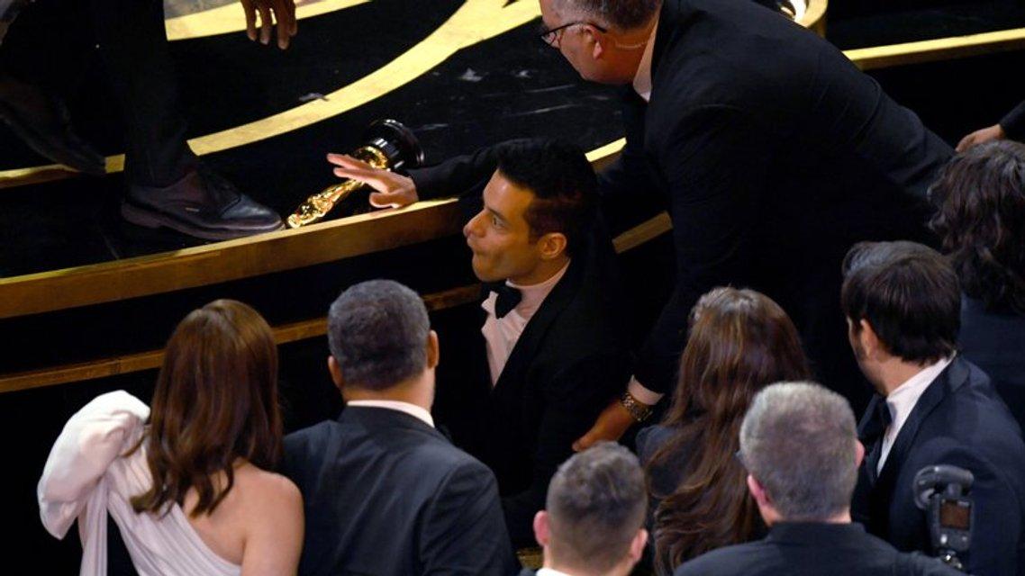 Лауреат 'Оскара 2019' Рами Малек упал со сцены вместе с наградой - фото 173831