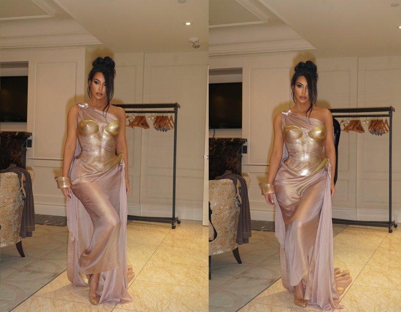 Ким Кардашьян блеснула пышной грудью в необычном наряде - фото 174068
