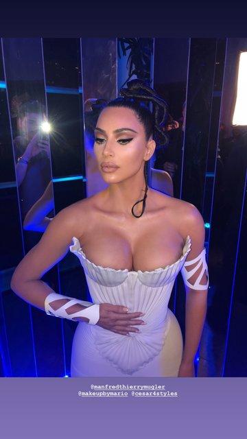 Ким Кардашьян блеснула пышной грудью в необычном наряде - фото 174070